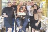 Красива санданчанка купоняса за 23-ия си рожден ден, обградена от любимите си братовчеди