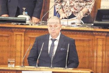В нов костюм петричкият войвода Ст. Божинов се закле като депутат в 44-ото НС, от стола на санданския кмет Ат. Стоянов участва в първото парламентарно заседание и отсече: По-интересно е, отколкото в ОбС