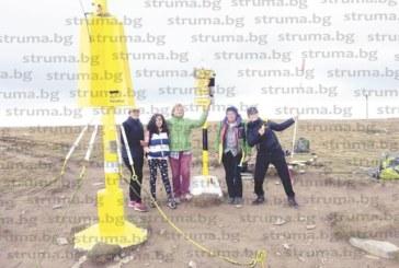 """Ученици от Езиковата гимназия в Благоевград възстановиха емблематичния туристически символ """"Камбаните"""", поставен преди 30 години в Рила от локомотивно депо"""