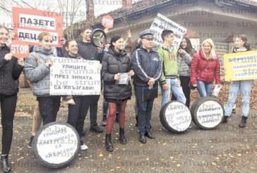 С флашмоб на пешеходна пътека в Кюстендил ученици призоваха   шофьорите за разумно каране