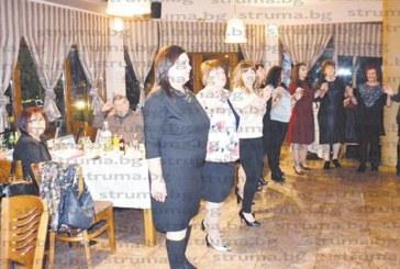 """С ,,Добре дошли"""" в Деня на народните будители в училището в Симитли посрещнаха новопостъпилите учители"""