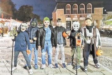 Ученици оживиха Благоевград с маскарадно дефиле за Хелоуин