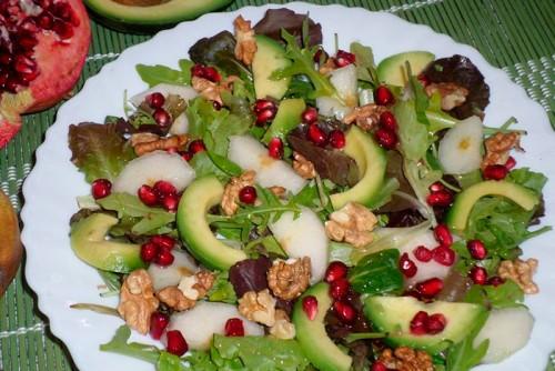 Зелена салата с круша, авокадо и нар