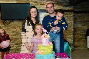 Семейството на кмета на Добринище П. Галчев два пъти празнува Бъдни вечер – с хората от персонала на механата, която стопанисват, и у дома