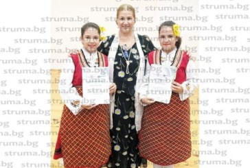 Ученички от Банско със сертификати за завършен курс по народно пеене