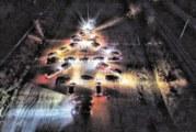 """Благоевградските """"джигити със сърца"""" подредиха уникална елха от запалени автомобилни фарове на полигона"""