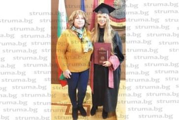 Кристина Валентинова Китанова от Петрич вече е с диплом от УНСС