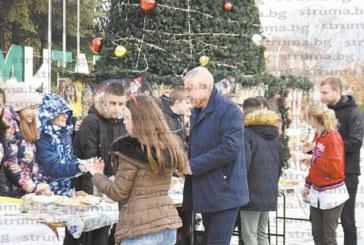 Ученици от Симитли направиха благотворителен коледен базар в подкрепа на Лия