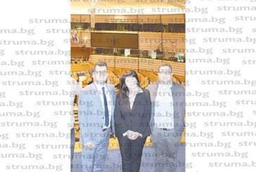Кметицата на Дъбница издебна председателя на ОбС – Гърмен Д. Шенгов как си прави селфи в Брюксел