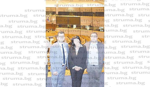 Кметицата на Дъбница издебна председателя на ОбС - Гърмен Д. Шенгов как си прави селфи в Брюксел