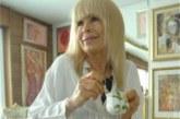 Лили пече баница на Коледа, поднася я със сребърни прибори върху мраморна маса