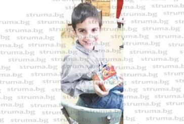 Дядо Коледа раздаде подаръци на деца от Симитли