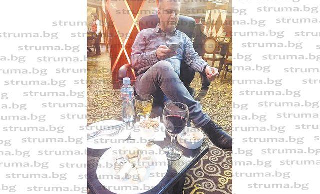 Благоевградски работници бесни от снимка на бившия им шеф в казино в Дойран, питат го там ли харчи парите им...