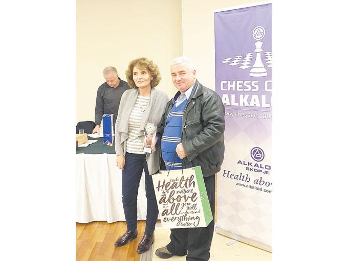 Гросмайстор К. Георгиев с купата от най-силния турнир по ускорен шах на Балканите