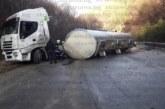 Цистерна с вода се обърна  пътя край Предел