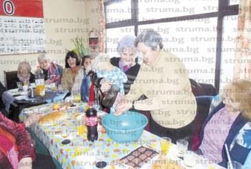 Стотина напети баби дупничанки се събраха на трапеза за празника