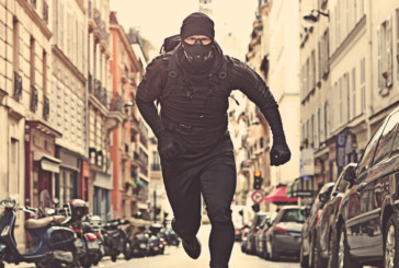 Полицай лекоатлет изненада бягащи крадци