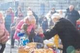 """Живеещите на улица """"Пейо Яворов"""" в Крупник събраха приятели на благодарствен банкет"""