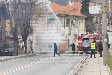Движението на Е-79 спряно, гори къща в Кресна