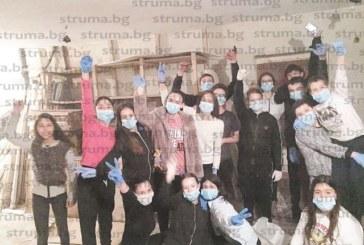 """Ученици от СУ """"Братя Каназиреви"""" в Разлог предадоха близо 5 тона вторични суровини и купиха бои, лакове… за да освежат интериора в училище, коват мебели от палета за коридорите"""