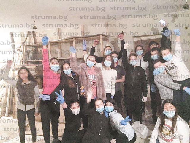 """Ученици от СУ """"Братя Каназиреви"""" в Разлог предадоха близо 5 тона вторични суровини и купиха бои, лакове... за да освежат интериора в училище, коват мебели от палета за коридорите"""