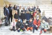 """Благоевградските """"Хлапета"""" сюрпризираха любимия си треньор с букет от маруля и портокали за ЧРД"""