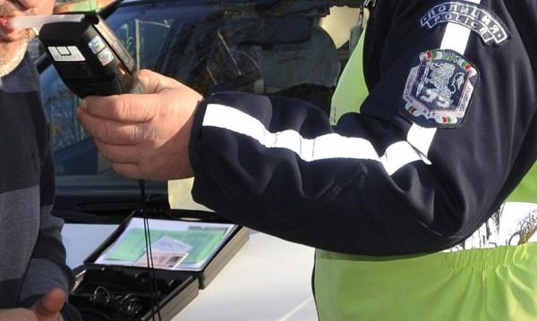 Кюстендилските полицаи задържаха почерпен шофьор, дрегерът удари...