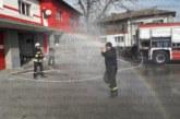 След 30 г. в пожарната мл. инспектор Ат. Кацунов се пенсионира, колегите му в Разлог го изпратиха с почетно поливане след фалшива тревога за пожар