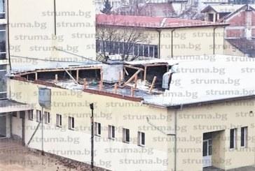 Буреносен вятър отнесе покрива на училищен стол в Дупница, събори и светофар