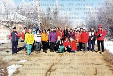 """Туристи от Кюстендил се снимаха край надвесения над яз. """"Пчелина"""" параклис """"Свети Йоан Летни"""""""