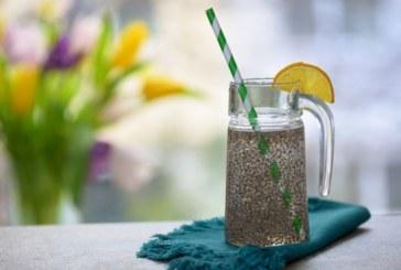 За какво помага нашумялата детокс напитка с вода, семена от чиа и лимон