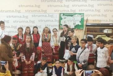 """Ученици на ОУ """"Никола Парапунов"""" – Разлог и родители се включиха в пресъздаването на зимния празничен календар"""