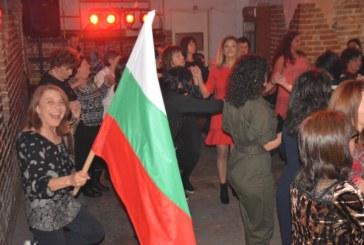 Над 100 дами във вихъра на купона! Веселба, много танци и кръшни хора в с. Полето