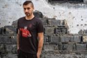 Ликът на елитен футболист от Гоце Делчев грейна на тениска в подкрепа на медиците