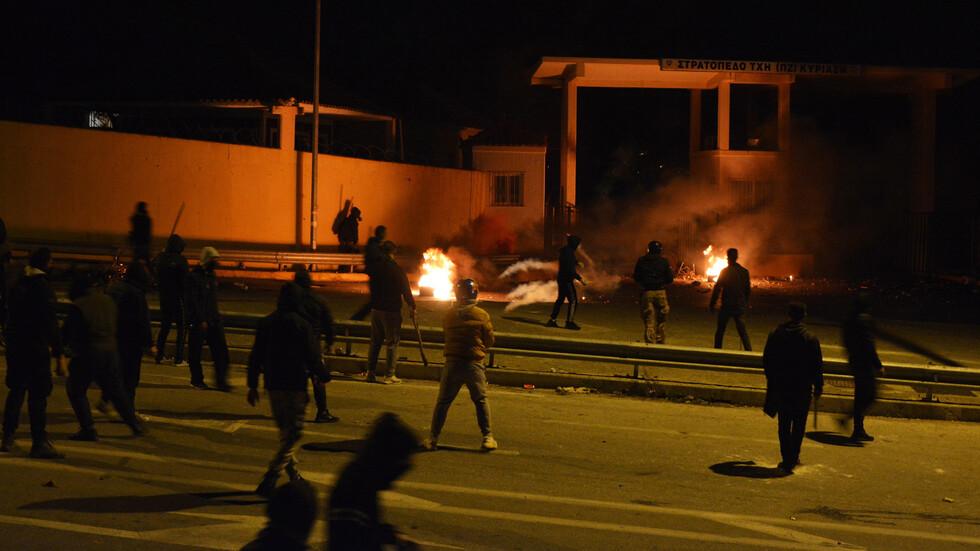 Жители на остров Лесбос запалиха приемен център за мигранти