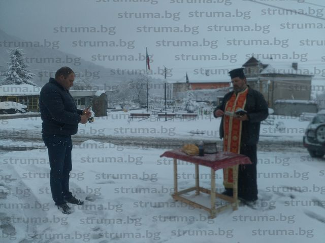 Свещеникът в храма в  Бистрица отправи молива към Бога да пази от заразната болест жителите на селото