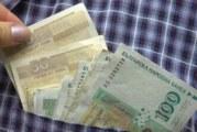 Банкнота под килима привлича парите към дома