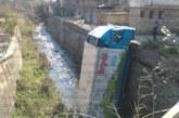 Зрелищен инцидент в Дупница! Тир се преобърна в р. Бистрица