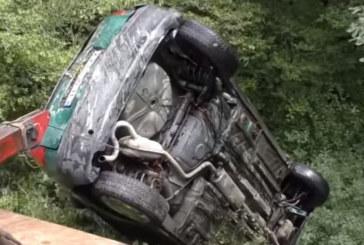Кола полетя в дере на пътя Полето-Брежани