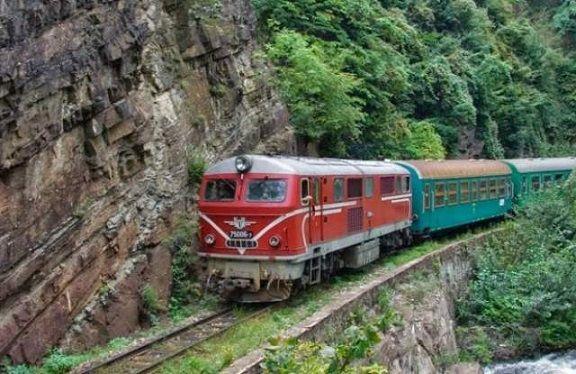 Ремонтират локомотиви по Теснолинейката