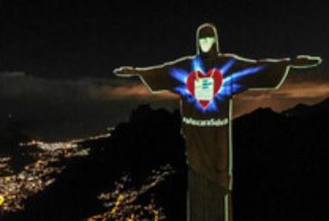 Сложиха маска върху лицето на статуята на Христос в Рио де Жанейро