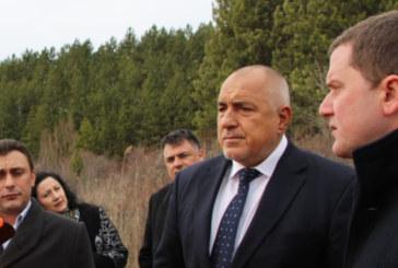 Премиерът инспектира новите тръби на водопровода в Перник