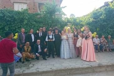"""С оркестър абитуриентите от 12 """"г"""" на Земеделската   гимназия отведоха от дома й в село Струма класната си за бала"""