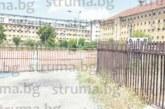 """С метална ограда собствениците на """"Дупница Табак"""" възпират община Дупница да влезе във владение на придобития като компенсация за 1 млн. лв. неплатени данъци 5-етажен тютюнев склад"""