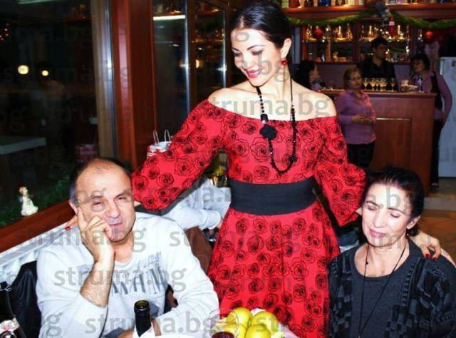 САМОПРИЗНАНИЕ! Мъжът, който 19 години е плътно в музикалните изяви на санданската певица Райна, е... нейният баща