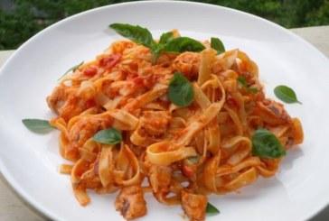 Талиатели със сьомга и доматен сос