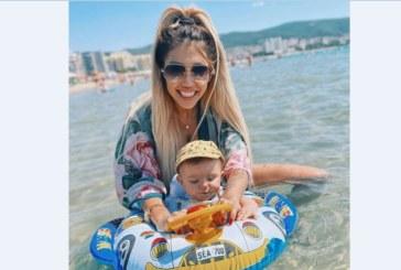 Джулиана Гани изкъпа бебето в морето