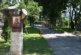Дърво в парка на Симитли приюти и икона на Христос
