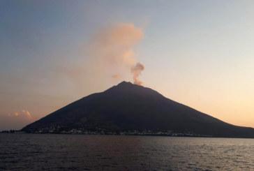 Мощна експлозия на вулкана Стромболи