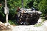Камион се преобърна при ремонтни работи в Стоб, има пострадал